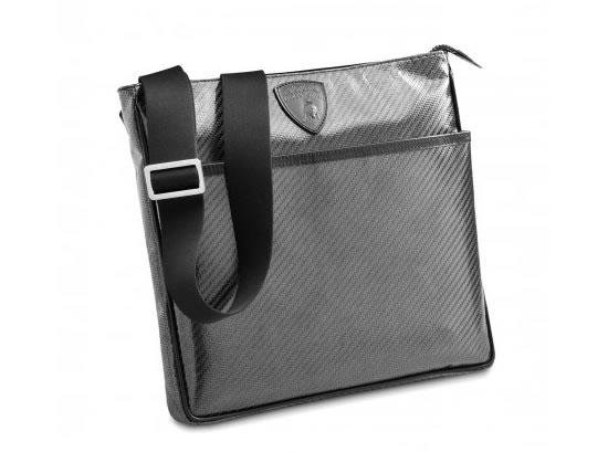 Рекомендованная цена сумки Envelope равняется 850 евро, Messenger - 1050...