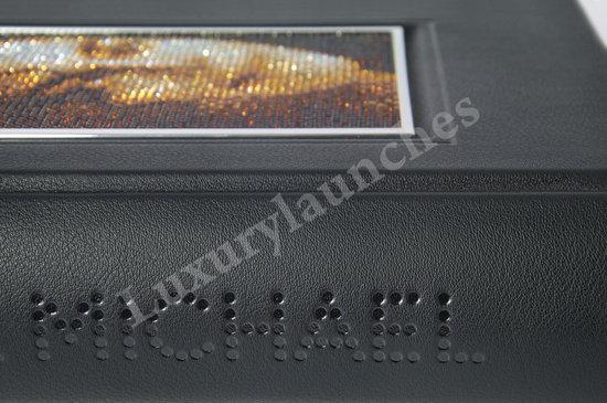 Capa de livro com retrato de Michael feito com 3000 cristais Swarovski  Michael-Jackson-Book-Monument-3-thumb-550x365
