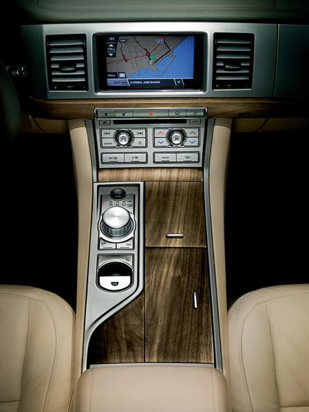 2009_Jaguar_XF_7.jpg