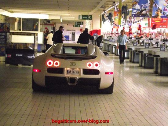 Bugatti-Veyron-inside-supermarket-in-France4.jpg