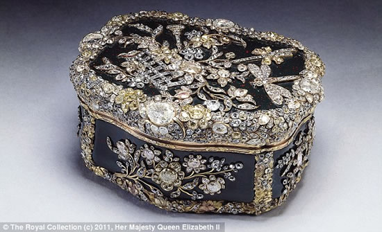 Display-Royal-jewels-Buckingham-Palace_4.jpg