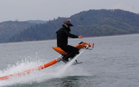 Jetovator-water-powered-jetbike-3.jpeg