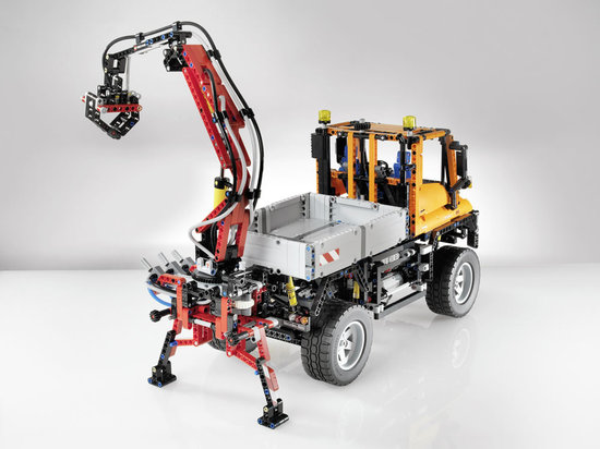 Mercedes-Benz-and-LEGO-Unimog-3.jpg