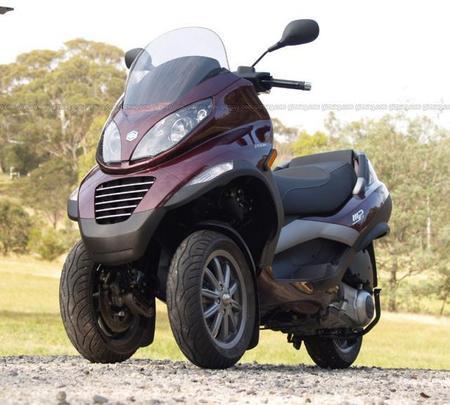Piaggio_MP3_scooter_3.jpg
