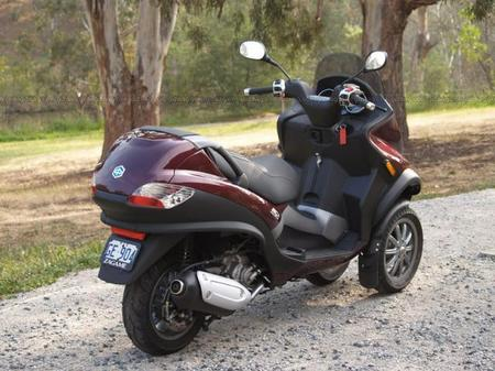 Piaggio_MP3_scooter_5.jpg