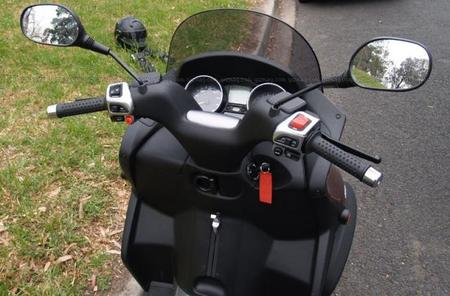 Piaggio_MP3_scooter_9.jpg