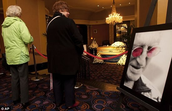 Sir-Jimmy-Savile-funeral-Gold-coffin-5.jpg