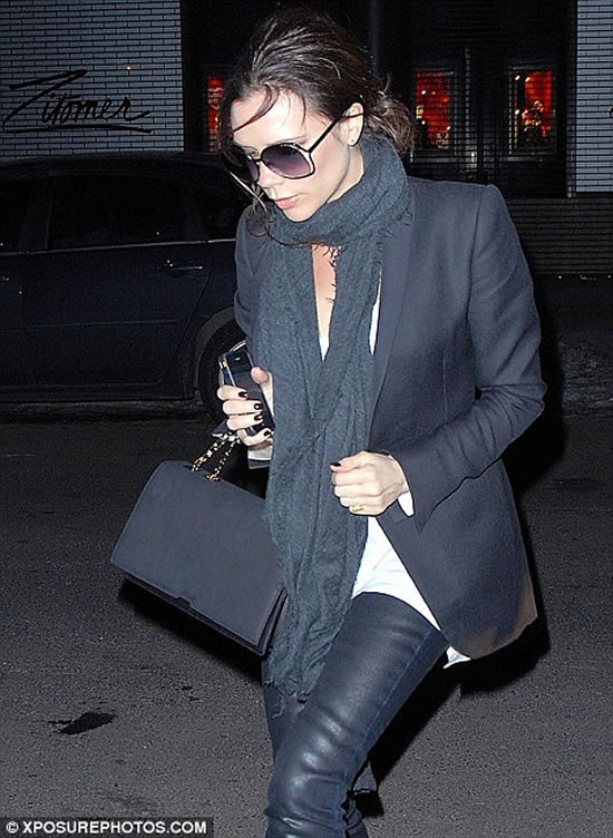 Victoria-Beckham-with-gold-iPhone-3.jpg