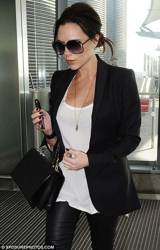 Victoria-Beckham-with-gold-iPhone-4.jpg