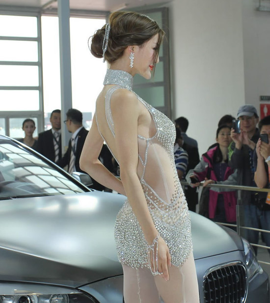 crystal_studded_gown_Beijing_auto_show_4.jpg