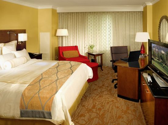 marriott_custom_guest_room_decor2.jpg